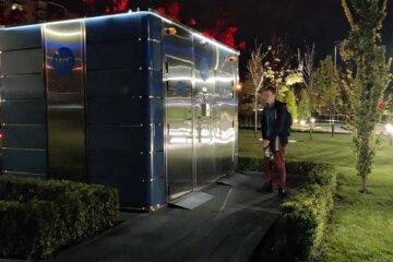 """Городской туалет """"взял в заложники"""" одессита, фото: охранник открыть двери не смог"""
