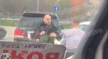На Кольцевой под Киевом два водителя подрались, не поделив дорогу: видео ожесточенной схватки