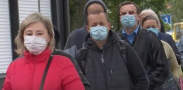 зупинка, карантин, українці в масках на вулиці, транспорт