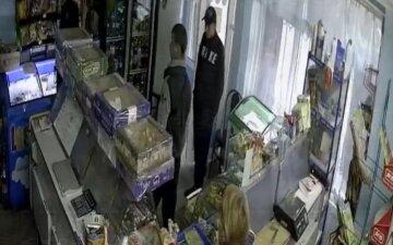 В Харькове трое парней совершили налет на магазин среди бела дня, кадры беспредела