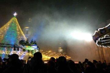 ЧП с главной елкой страны, пламя разгорелось над головами людей: кадры происходящего в центре Киева