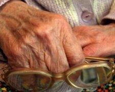 пенсионерка, руки,