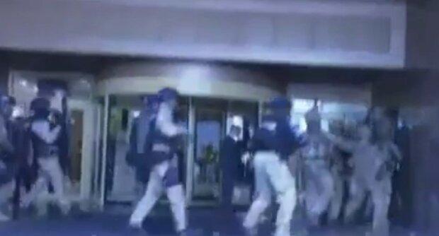 Захват в заложники в центре Киева: силовики пошли на штурм, видео спецоперации