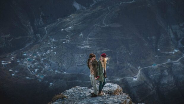www.GetBg.net_People_Man_and_woman_on_a_mountain_top_095043_