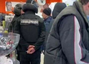 Терпение лопнуло: в Харькове покупателя без маски силой вывел спецназ из магазина, видео