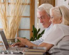пенсионері, пенсионер за компьютером