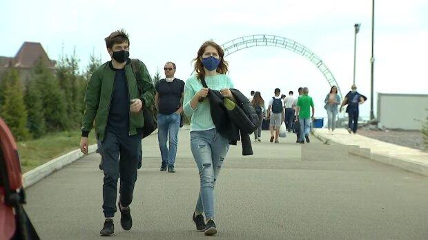 карантин, люди в масках на вулиці