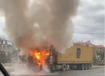 Грузовик  вспыхнул во время движения под Одессой: кадры пожара и что известно о пострадавших