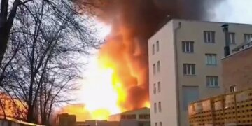Боротьба з вогнем розтягнулася на 13 годин: масштабна пожежа спалахнула в Харкові і охопила 700 кв. м, кадри