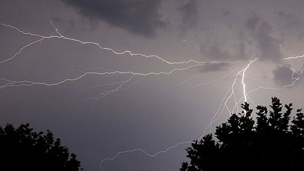 Жители Харьковщины увидели в небе необычную молнию: потрясающие кадры