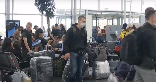 люди українці туристи заробітчани аеропорт