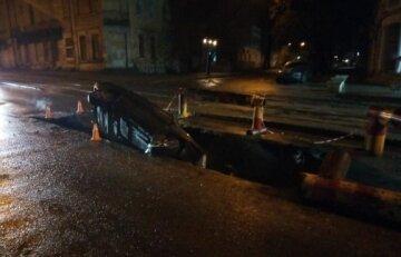 Автомобіль з людьми пішов під асфальт в Одесі: кадри НП потрапили на відео