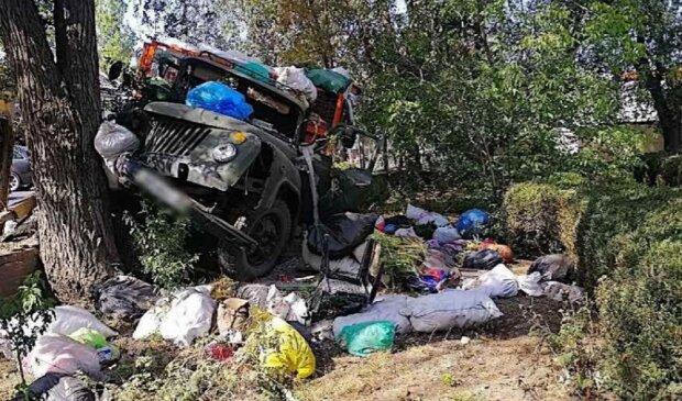 На Одещині вантажівка влетіла в паркан медучилища, є постраждалі: кадри руйнівної ДТП