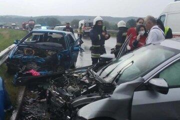 Honda с детьми внутри вылетела на встречку, авто смяло от удара: кадры ДТП на Львовщине
