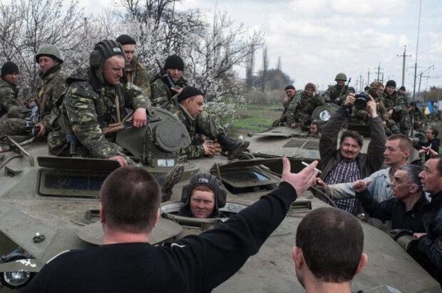 """""""Солдатик на БТРі мав рацію"""": українка розкаялася за перешкоджання ЗСУ на Донбасі"""