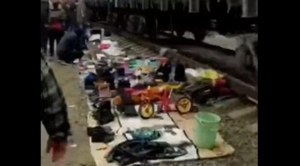 """У Києві """"барахольники"""" осіли прямо на залізничних коліях, відео: """"наступають 90-ті"""""""