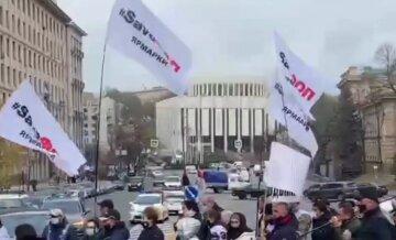Протесты в Киеве не утихают: участники перекрыли дорогу и грозятся перейти к жестким мерам, видео
