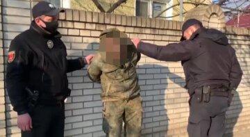 Чоловік у військовій формі схопив пістолет, щоб постріляти по перехожих: відео свавілля на Одещині