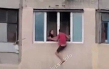 Мужчина решил выйти из окна на 8-ом этаже в одесской высотке: видео