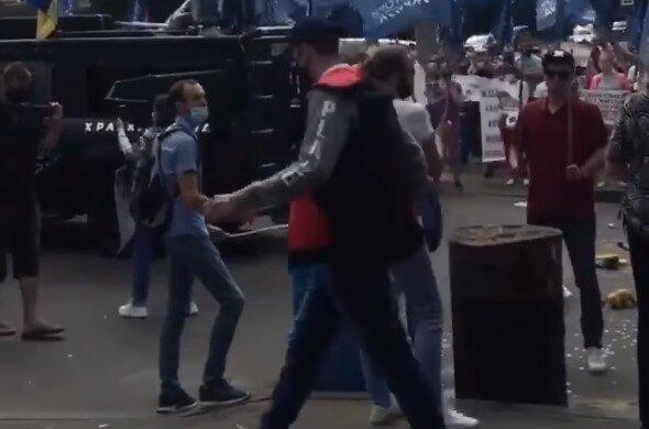 Кияни збунтувалися біля будівлі Міноборони, відео та деталі: через натовп проїхати неможливо