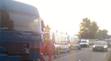 Вантажівка влетіла в легковик і погубила людей біля дамби: кадри з місця трагедії
