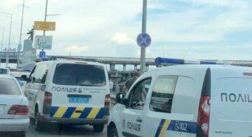 Первые кадры ЧП на мосту в Киеве: все оцеплено полицией, движение перекрыто