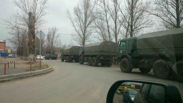 """Росія перекинула до кордону з Україною величезну колону військової техніки, відео: """"кінця-краю не видно"""""""