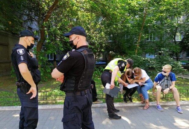 "Полиция устроила разборки с киевлянами из-за критики Зеленского, видео: ""Стойте на месте"""