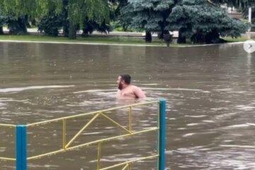 """В Одесской области люди купаются на затопленных улицах: """"Если море не идёт к нам..."""""""