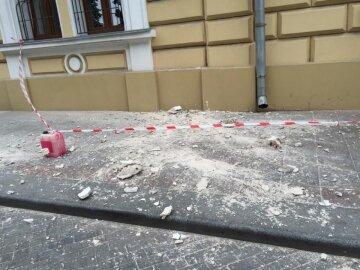 В центре Одессы фасад дома полетел на головы прохожих: больше всего не повезло мужчине