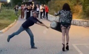 Чоловік запустив у дівчину урну зі сміттям на очах у перехожих: відео розбірок в Одесі