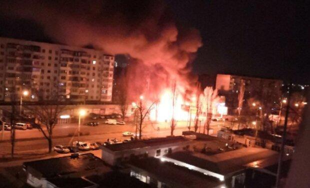 """Потужна пожежа палахкотіла  в Одесі, оприлюднене відео НП: """"знищив кафе і не тільки"""""""