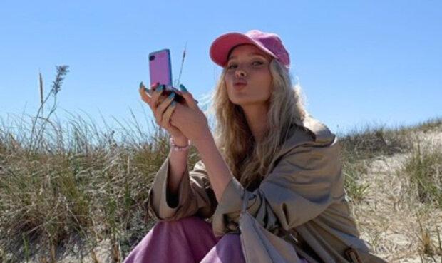 """Соковита Ельза Хоск із Victoria's Secret заінтригувала божевільними вирізами: """"Нахилися ще"""""""