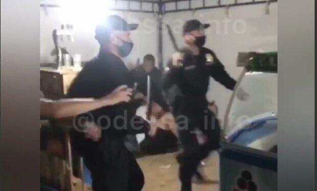 """""""Своя Беларусь"""": в Затоке полицейские  с дубинками жестоко избили людей, обнародовано видео"""