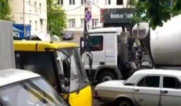 """У Києві пасажири маршрутки потрапили у водну пастку, відео: """"Не можуть вийти"""""""