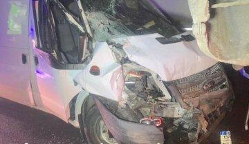 """Мікроавтобус влетів у бетономішалку під Києвом, кадри жахливої ДТП: """"Різко повернув кермо і..."""""""