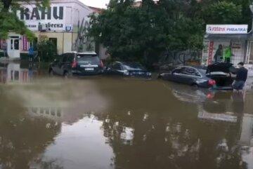 Потужна злива створила озеро посеред українського міста, глибина досягла 1,5 метра: кадри негоди