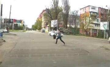 """В Одесі дитина кинулася під машини на очах у батьків, відео: """"стояв з усіма, а потім сіганул"""""""