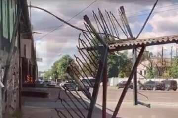 """Часть путепровода рухнула на остановку в Киеве, видео: """"Заборчик устал"""""""