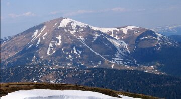 На вершині гори в Карпатах застрягли українці: молили про допомогу, подробиці НП