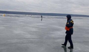 Родные надеются на чудо: на Харьковщине спасатели вторые сутки ищут человека на льду