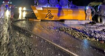На трассе Киев-Харьков перевернулся грузовик: жуткие фото с места аварии