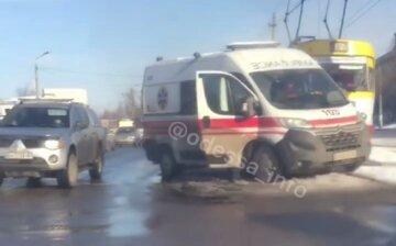 Отлетела на трамвайные рельсы: в Одессе скорая попала в ДТП, появилось видео