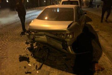 """Іноземець розбив чотири чужі автомобілі, кадри масштабної ДТП: """"Його зупинив лише бордюр"""""""