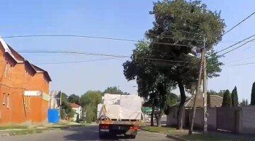 З вантажівки на ходу випали піноблоки: моторошний момент потрапив на відео в Харкові