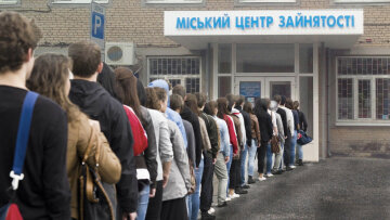 Урезание зарплат и увольнения: пострадает каждый третий украинец, раскрыты важные детали