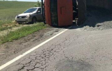 Вантажівка зі щебенем перекинулася на Харківщині, фото: утворився величезний затор