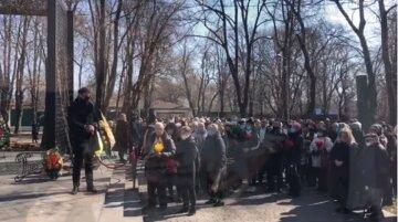 Выстраивались в очереди: тысячи людей простились с известным одесситом, которого забрал COVID-19, кадры
