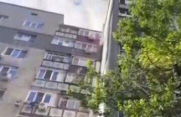 Сусіди почули тріск скла і гілок: тіло знайшли під вікнами багатоповерхівки в Одесі, фото