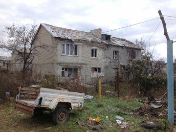 Життя на фронті: жителі Мар'їнки показали обстріляні будинки (відео)